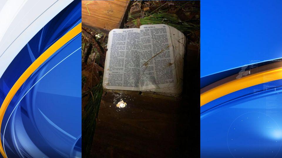Biblia intacta encontrada entre los restos de la casa de Town Creek, destruida por un tornado