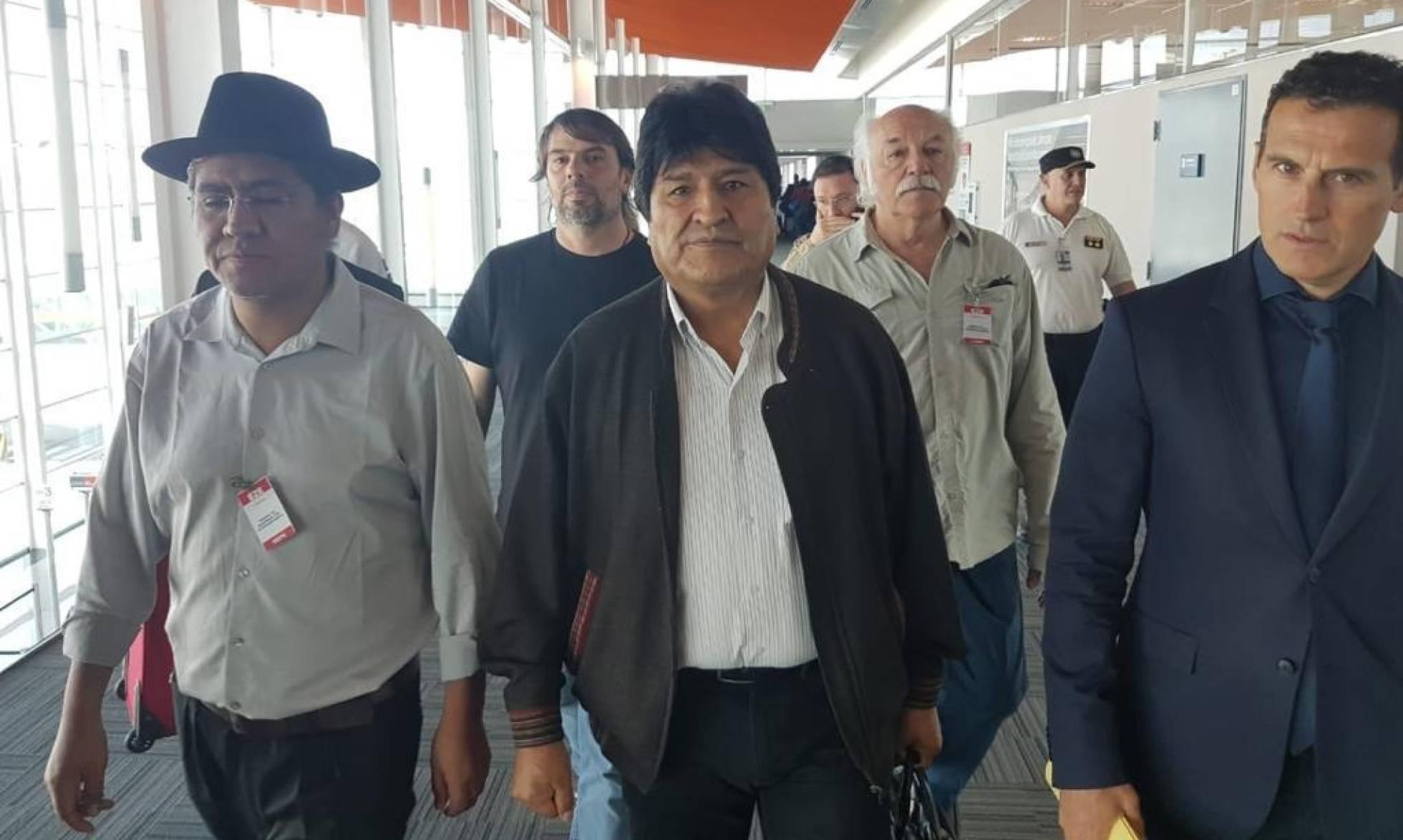 Evo Morales llega a Argentina y pide que se le acoja como refugiado