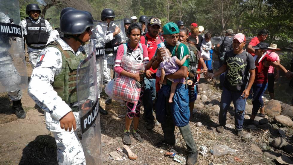 Cientos de migrantes se enfrentan con la Guardia Nacional mexicana tras cruzar el río Suchiate