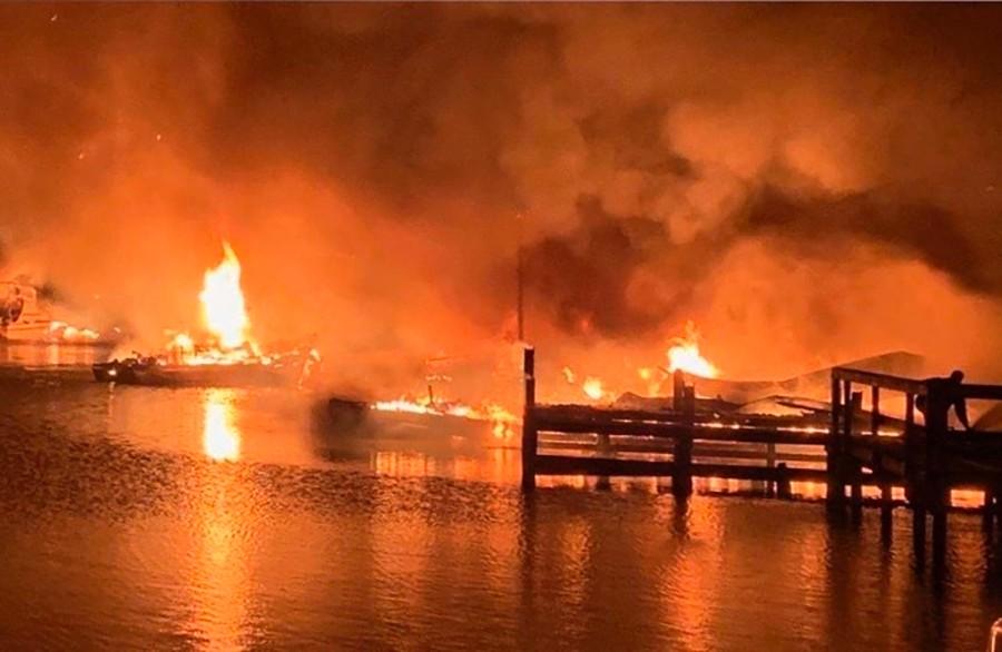 El incendio del muelle de barcos de Marina en Alabama, deja 8 muertos y destruye 35 barcos
