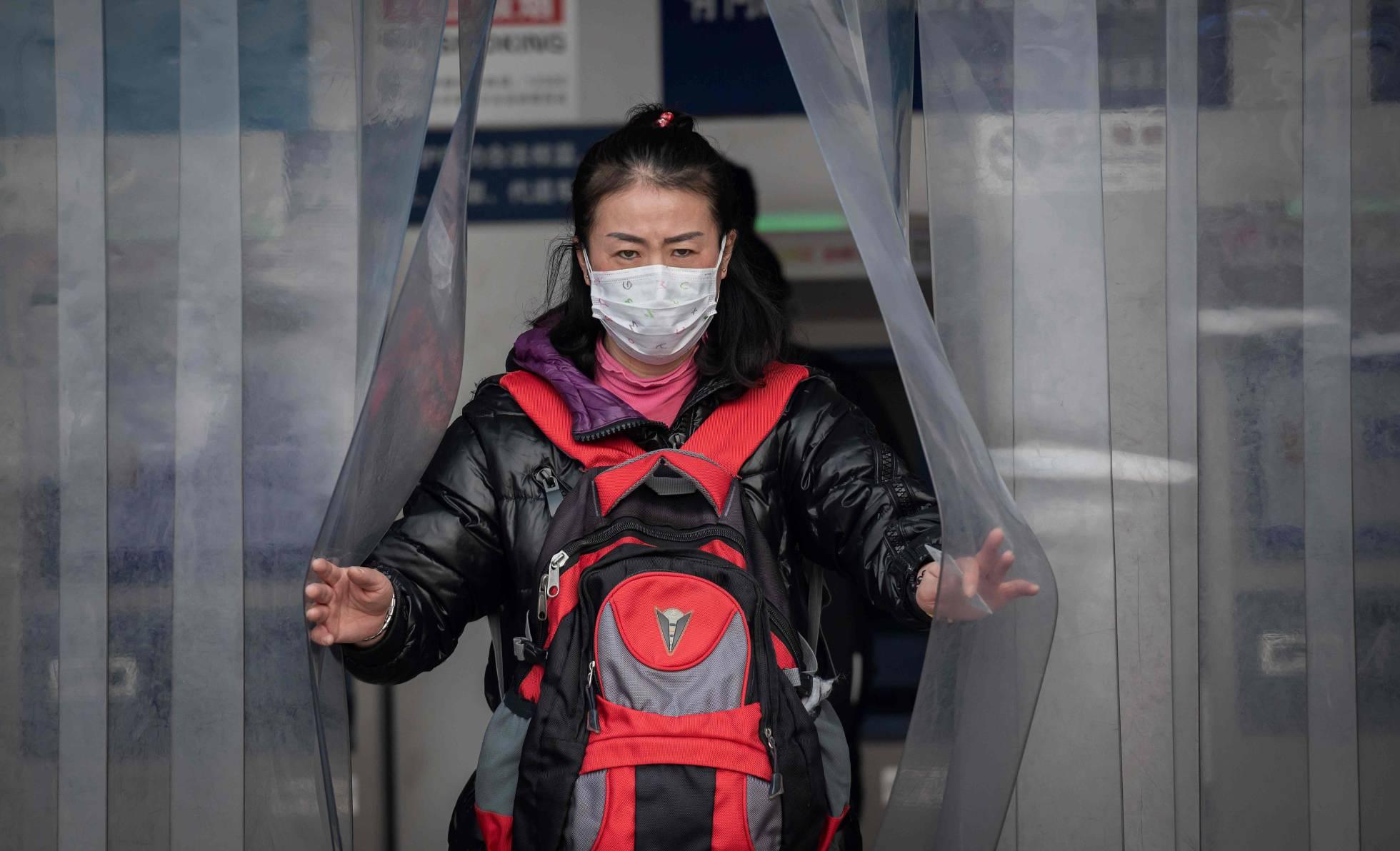 mujer china con mascarilla