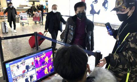 pasajeros en aeropuerto de Wuhan
