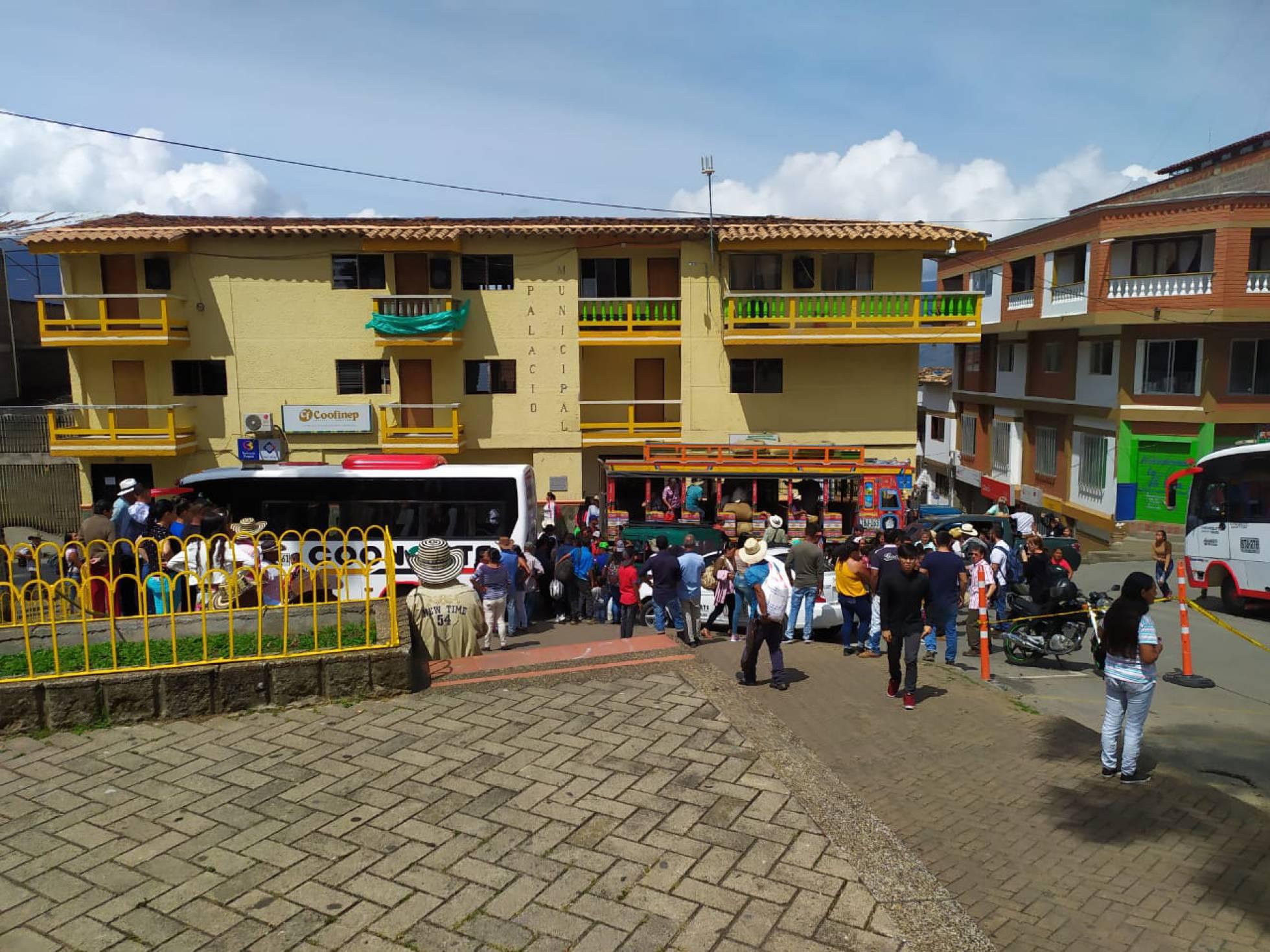 Grupos armados provocan el desplazamiento de más de 800 campesinos en Colombia