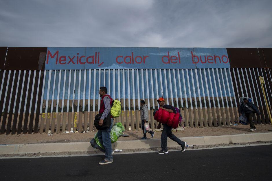 Una ola de migrantes de Rusia llega a Mexicali en busca de asilo en EEUU