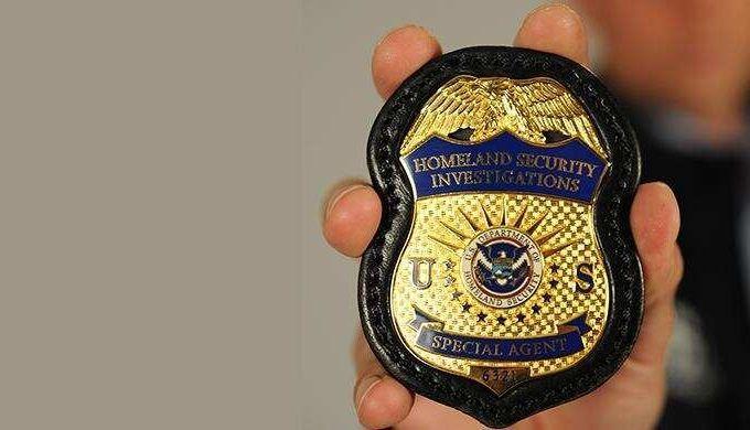 Cómo debe reaccionar un inmigrante que es abordado por agentes de ICE sin orden de arresto