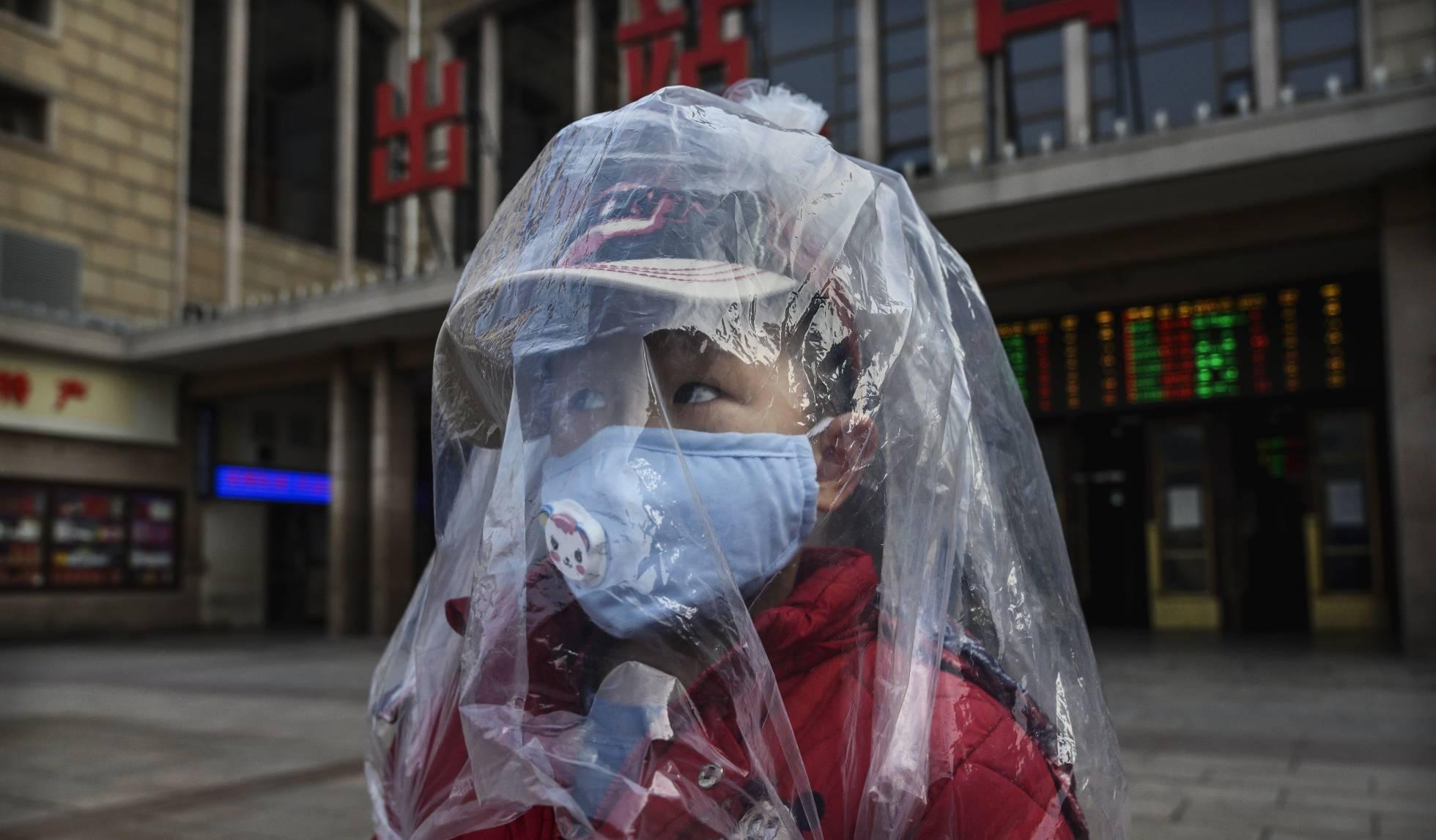 nino con mascara en Pekin