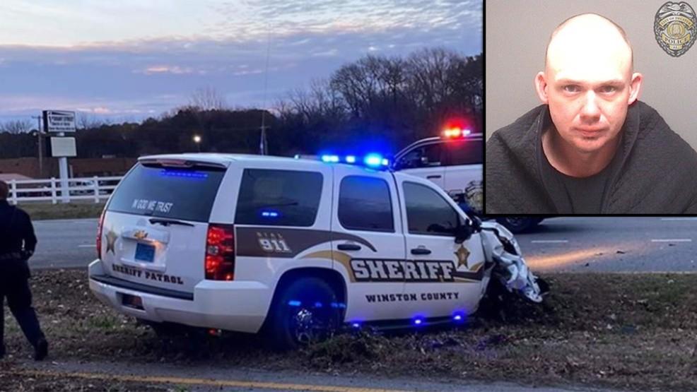 Preso se estrella en patrulla robada del Departamento del Sheriff del Condado de Winston