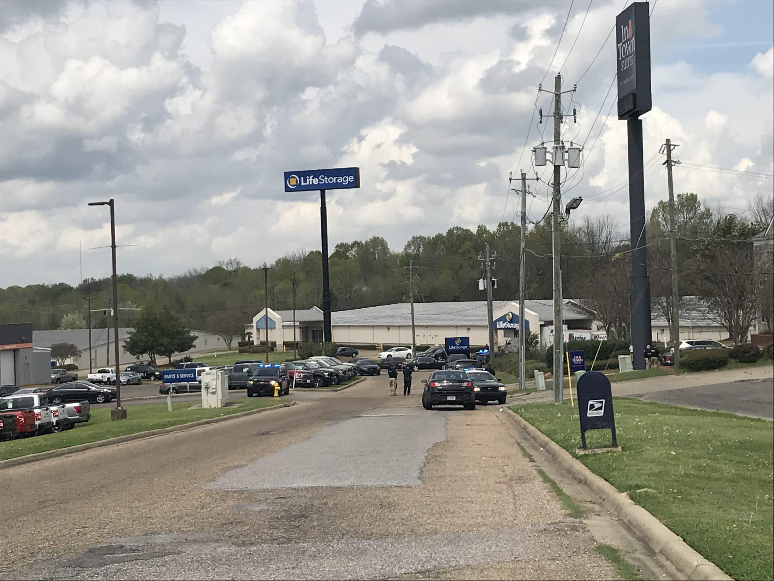 Sospechoso en enfrentamiento en Town Suites en Montgomery, acusado de intento de asesinato de agentes de policía