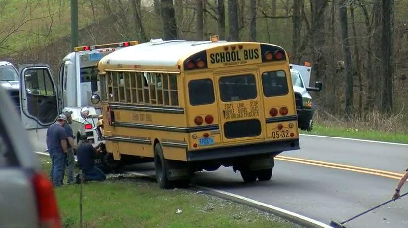 Autobús escolar de Hueytown se accidentó; conductor de automóvil, y un estudiante, llevados al hospital