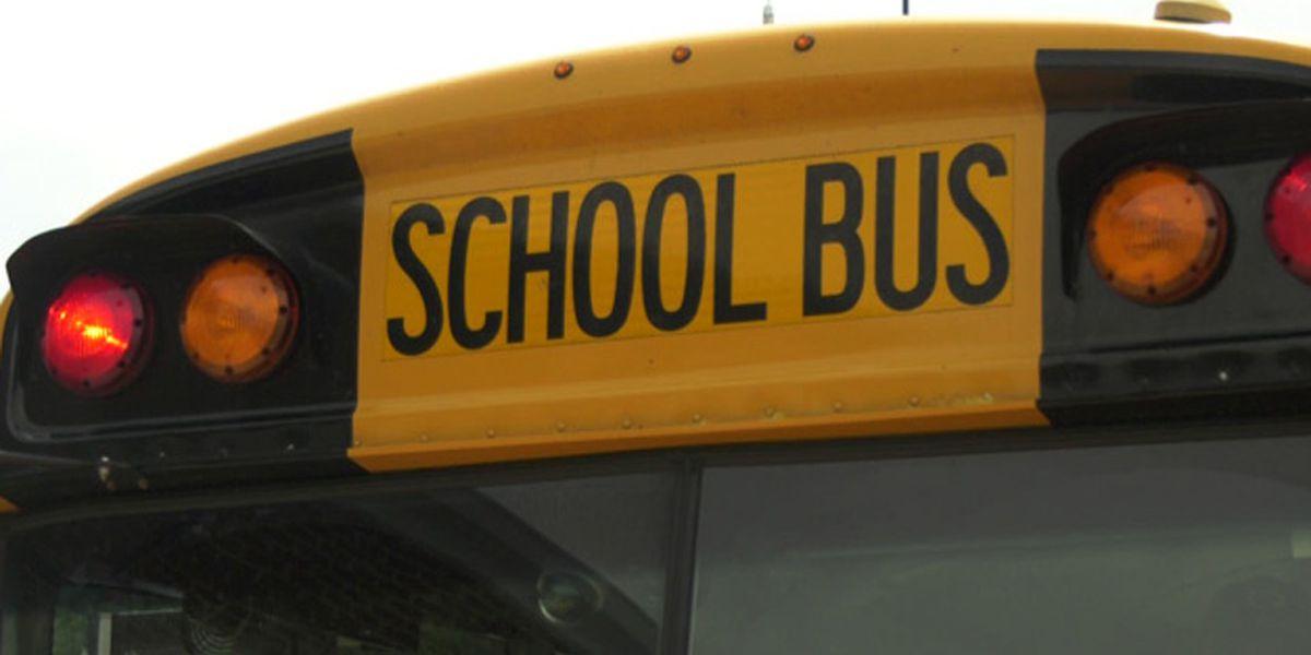 2 estudiantes y 1 adulto llevados al hospital, después de un accidente que involucró un autobús escolar en el Condado de Chilton