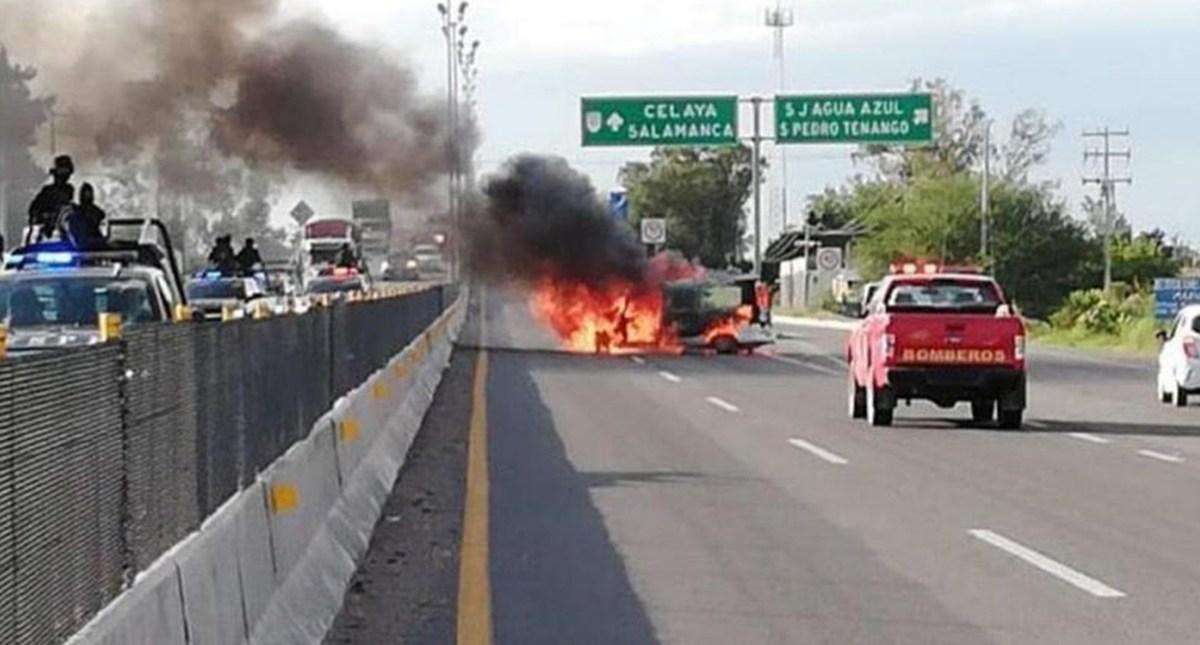 Liberan vías que fueron bloqueadas con autos incendiados en Guanajuato