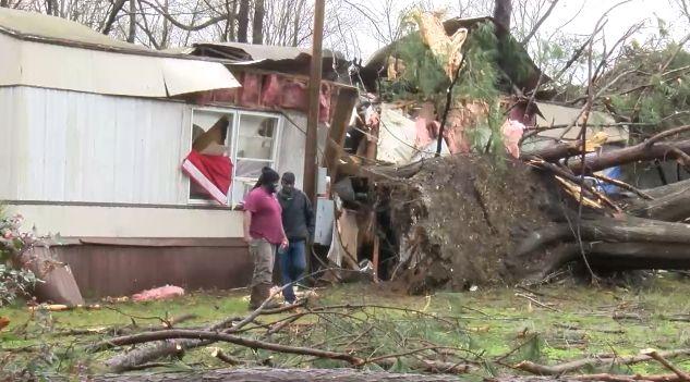 Viviendas y edificios sufrieron daños, por la tormenta de anoche en el condado de Bibb y Hale
