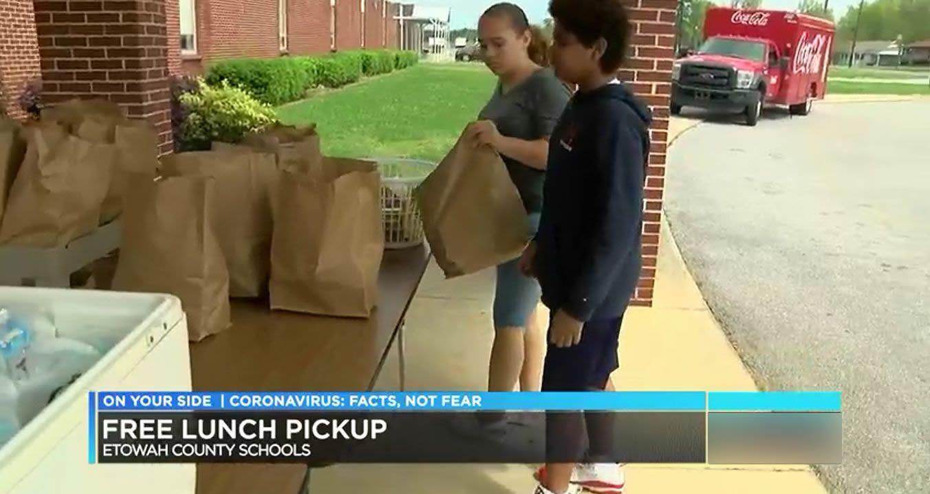 Los niños del condado de Etowah, recogen las comidas de la semana, de las escuelas del condado