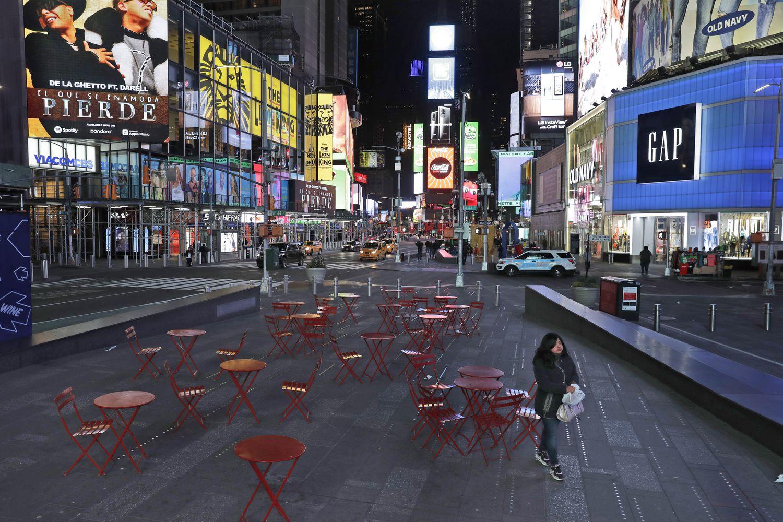 mujer camina por Times Square