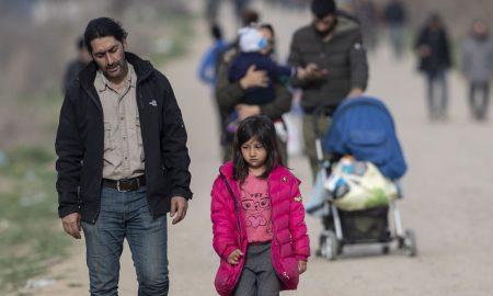 varios migrantes caminan hacia grecia