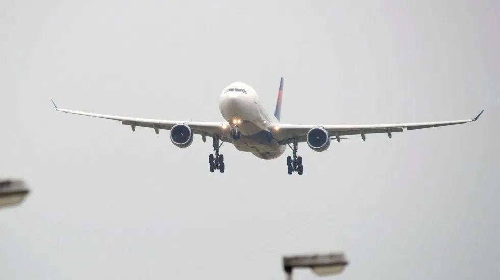 Trump pide salvar aerolíneas ante COVID-19
