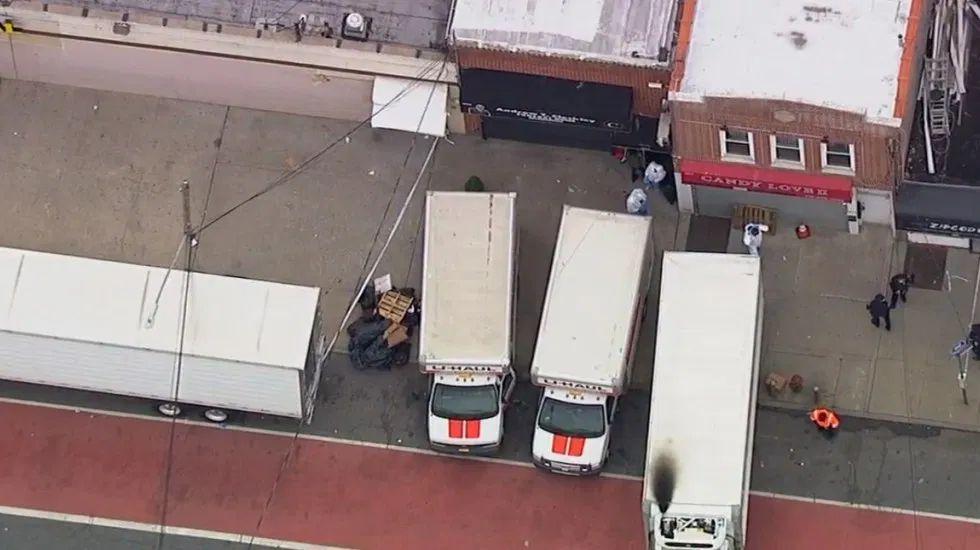 camiones de mudanza con cadaveres en descomposicion afuera de funeraria de nueva york