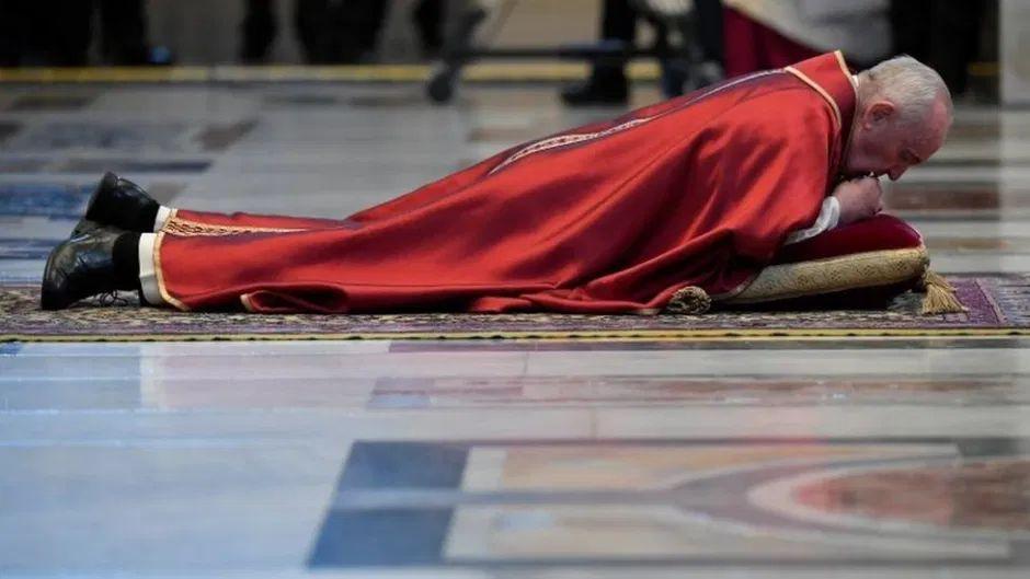 Viernes Santo con coronavirus: las imágenes de iglesias y calles vacías… y otras también llenas