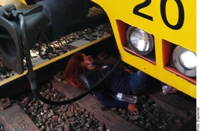 Mujer se desmaya y cae a las vías del metro en Ciudad de México