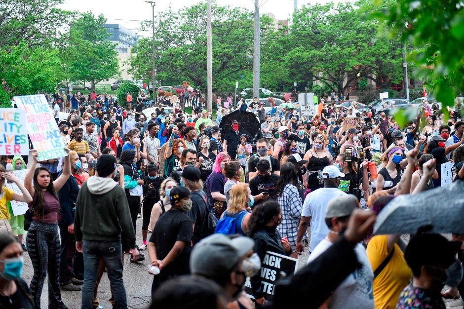 """""""¡No puedo respirar!"""": Multitudinaria protesta contra racismo y abuso policial tras muerte de afroamericano"""