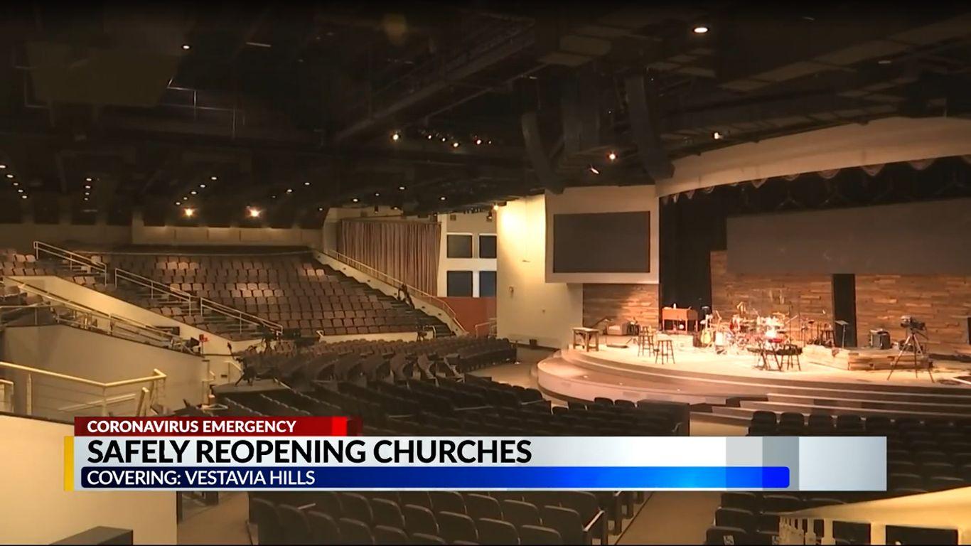 Las personas en Alabama regresan lentamente a la iglesia, pero esta vez con boletos