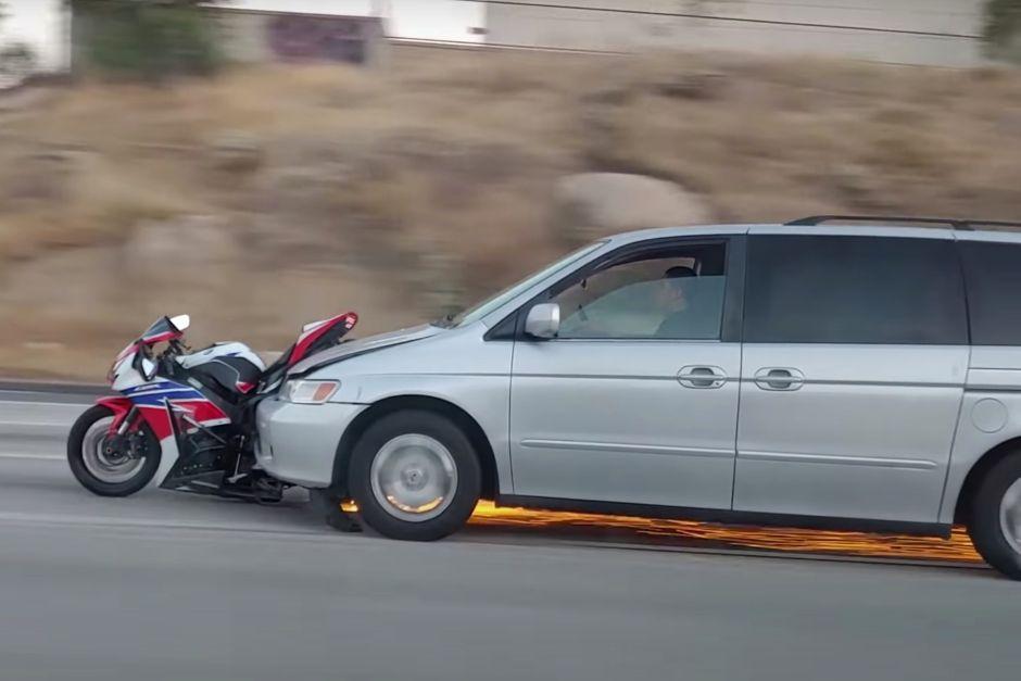 Arrolla a un motorizado y luego arrastra la moto a alta velocidad por la autopista 91 de California