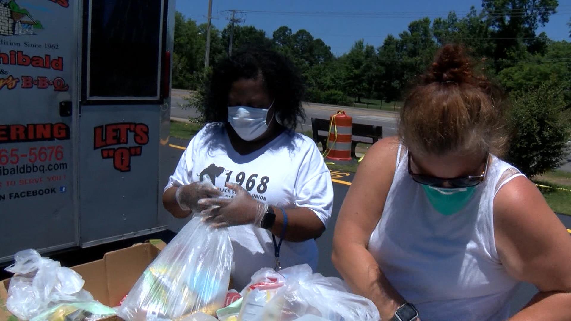 Servicios de emergencia temporales, ofrecen comidas calientes todos los domingos
