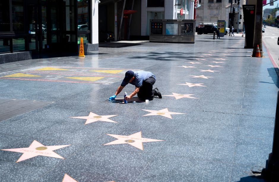 Pintan de negro la estrella de Donald Trump en el Paseo de la Fama de Hollywood