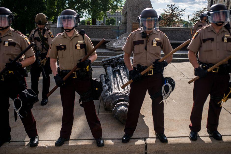 policia estatal protege estatua