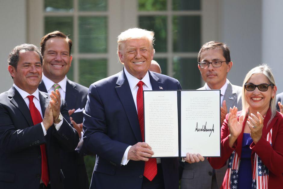 Trump firma iniciativa a favor de los Hispanos