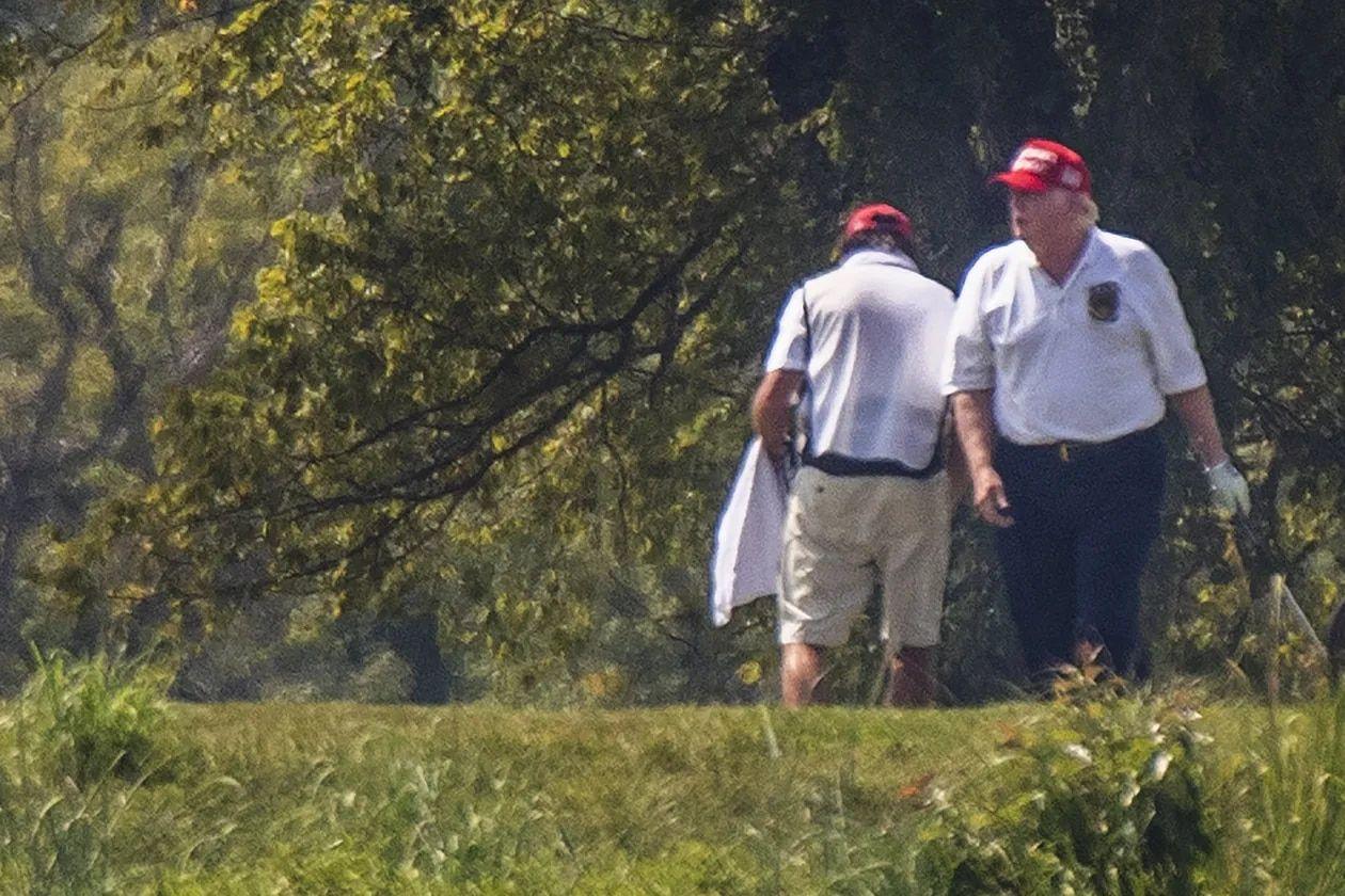 Trump jugando golf