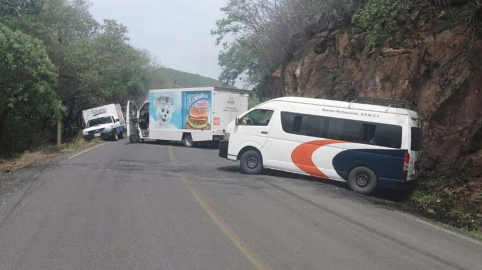 Sujetos armados bloquean accesos a dos municipios en Michoacán