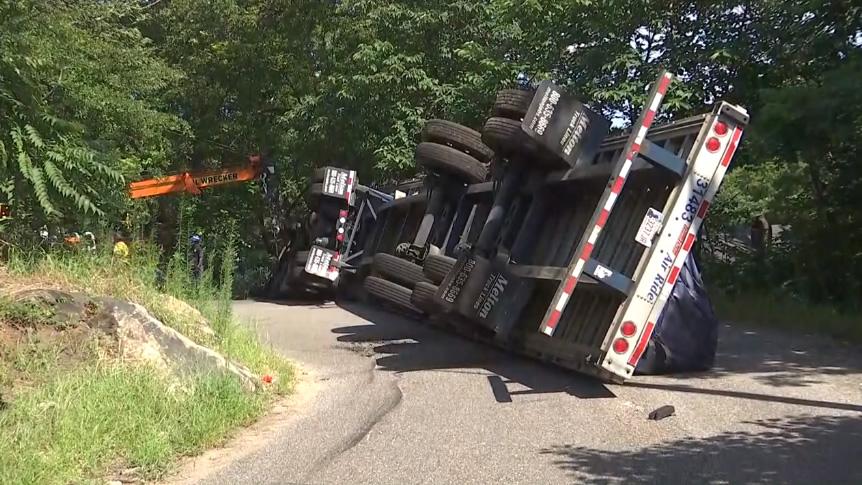 Camión de 18 ruedas volcado, bajo investigación, en Birmingham