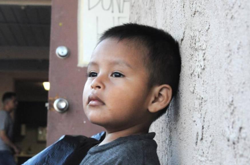 Gobierno empieza a llevarse niños migrantes de hotel en Texas, dice abogada