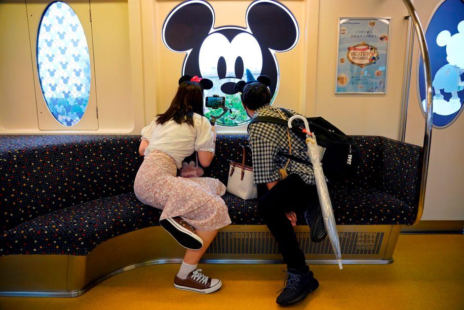 pareja parque tematico Disney japon