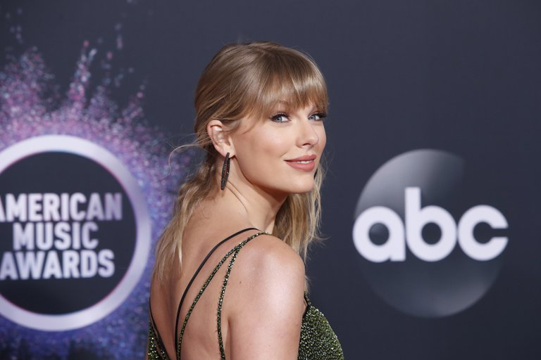"""Taylor Swift vende más de dos millones de copias de su nuevo álbum, """"Folklore"""", y bate récords"""