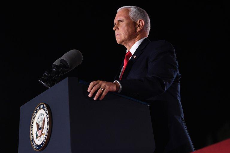 """Pence alerta que los estadounidenses """"no estarán seguros en los EE.UU. de Biden"""""""