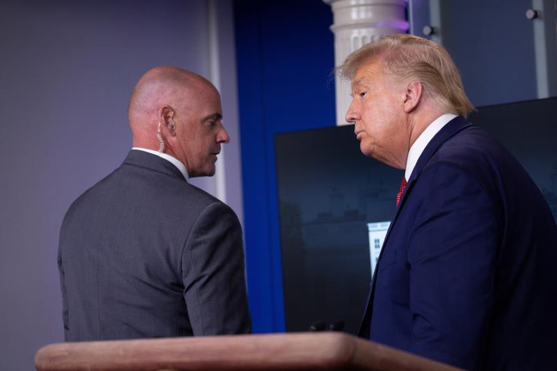 Sacan a Trump de una rueda de prensa por un tiroteo junto a la Casa Blanca