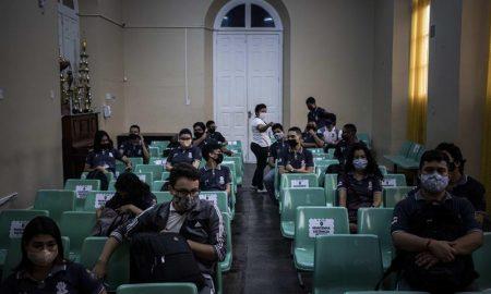 estudiantes asisten a clases