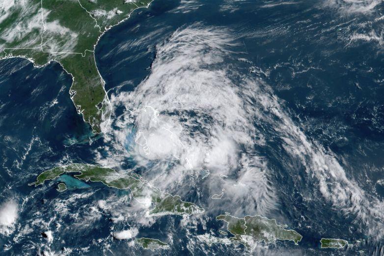 Isaías volverá a ser huracán antes de llegar hoy a las Carolinas