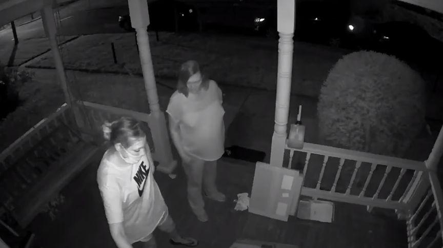 mujeres robando paquetes