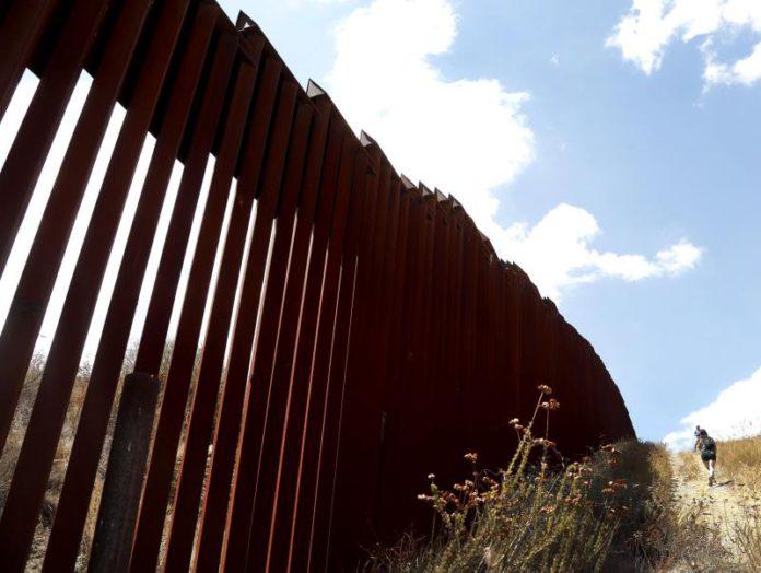 Muere migrante mexicano tras caer del muro fronterizo en Arizona