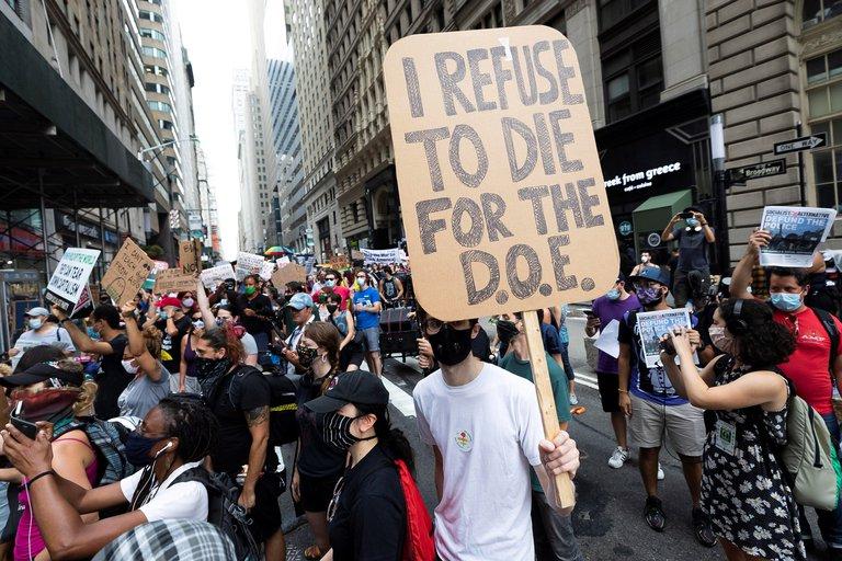 Profesores de Nueva York protestan contra la reapertura de los colegios
