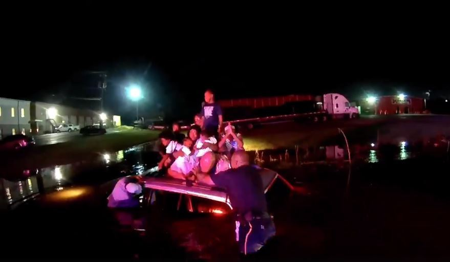 El Departamento de Policía de Tuscaloosa rescata a 12 personas, en su mayoría niños, que quedaron varadas en el techo de un SUV durante una inundación repentina