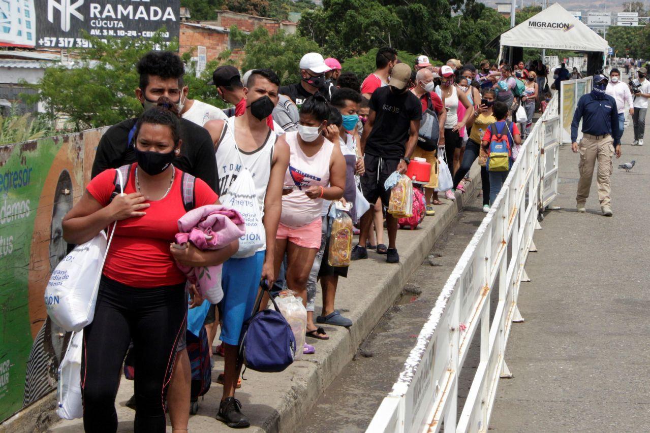 Unos 200 venezolanos retornan a su país en una confusa jornada en la frontera con Colombia