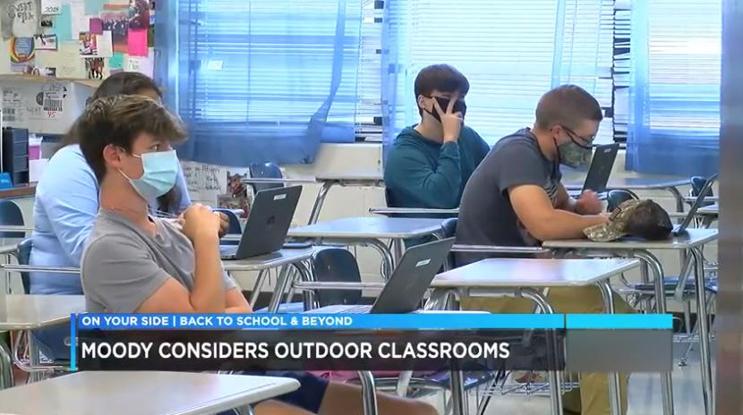 El personal de Moody High School, trabaja para crear un espacio de aprendizaje al aire libre