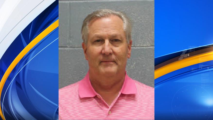 El ex presidente de la Cámara de Representantes de Alabama, Mike Hubbard, se entrega para comenzar una sentencia de prisión de 4 años