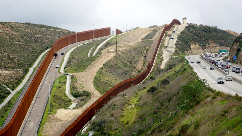 Tribunal federal autoriza continuar demanda del Congreso contra muro de Trump