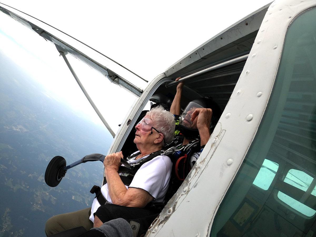 Mujer de Alabama celebra su 80 cumpleaños con paracaidismo de 14.000 pies