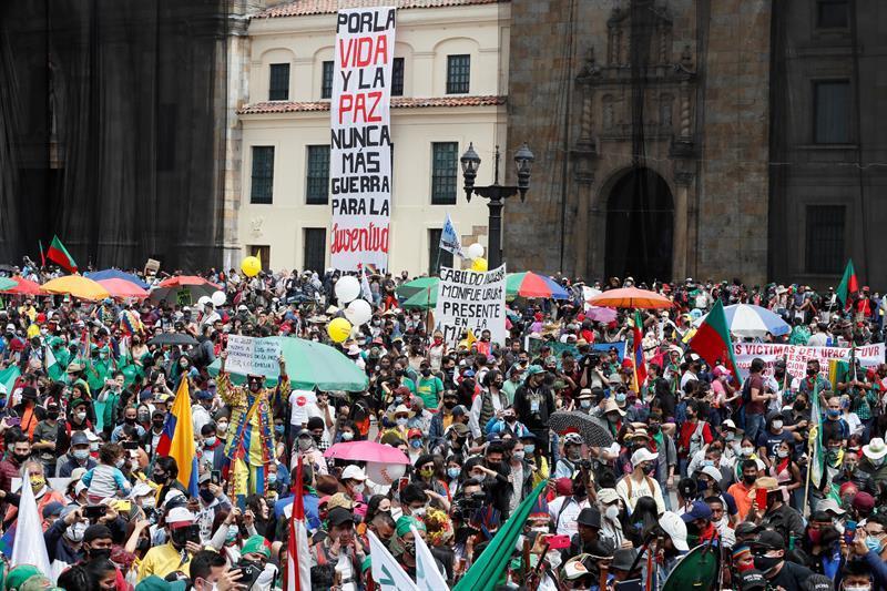 Multitudes respaldadas por la minga indígena protestan pacíficamente en Colombia